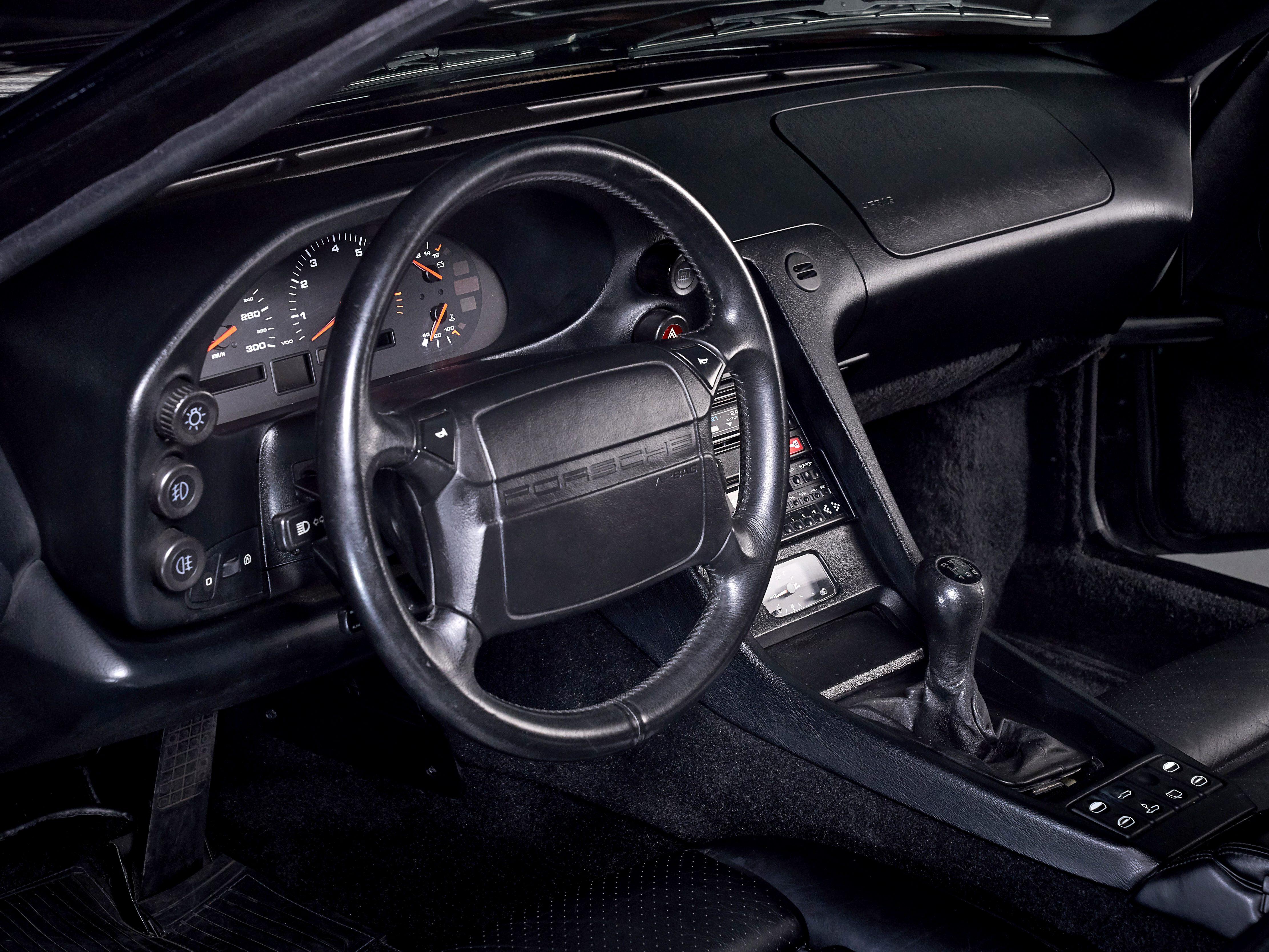 Photo d'une Porsche 928 GT noire de 1991 en vente chez CLASSIC 42 - Achat/Vente de voitures classiques allemandes