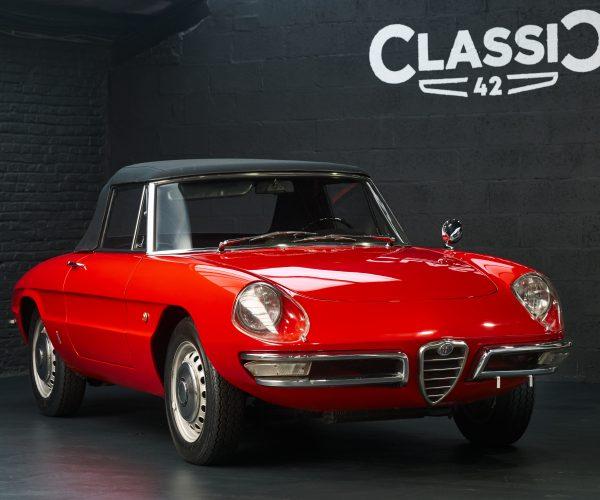 """photo d'une Alfa Romeo """"Duetto"""" décapotable de 1966 rouge en vente chez Classic 42 Classic German Car Dealer www.classic42.be"""