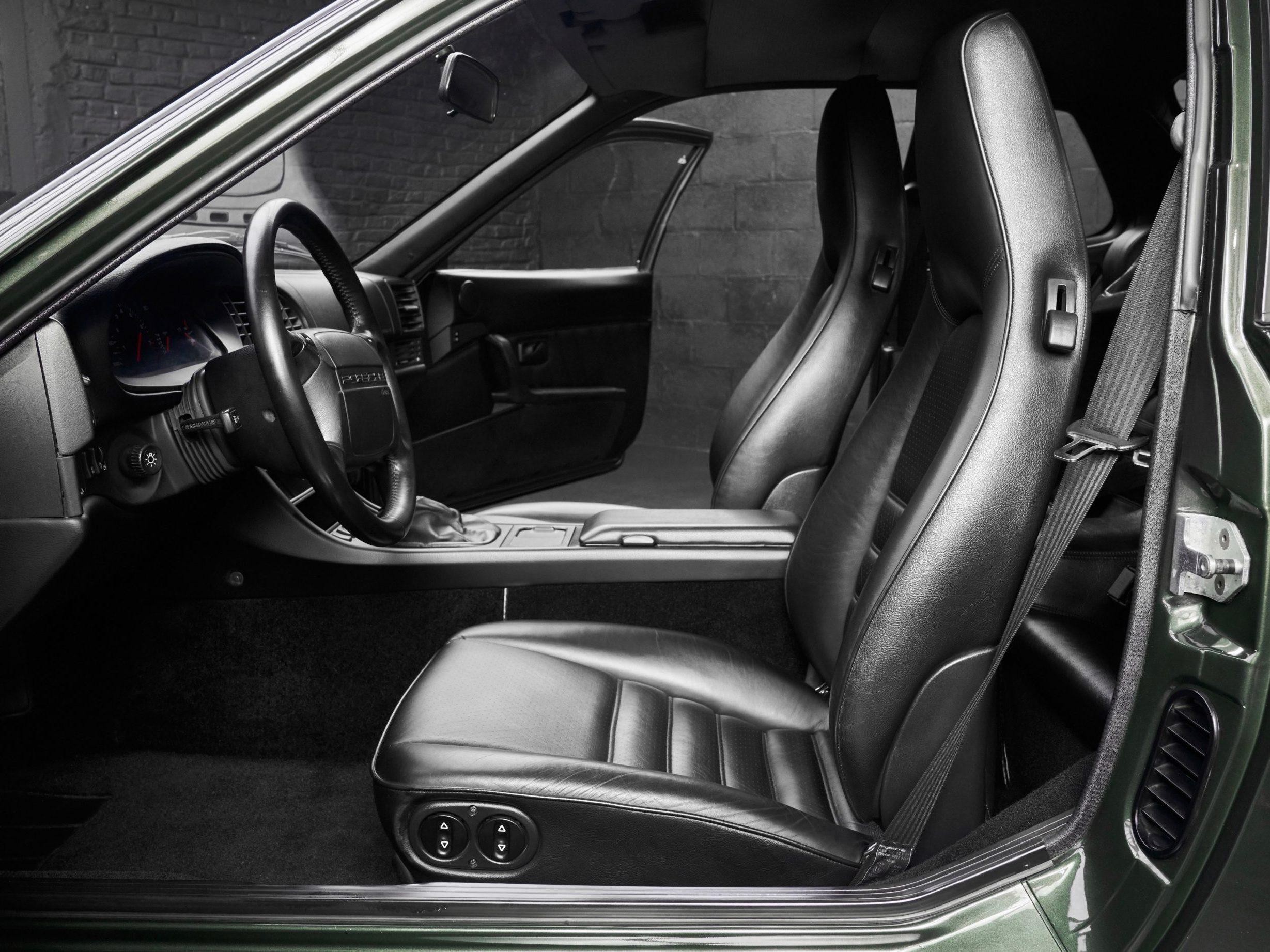 Photo de l'intérieur cuir noir d'une Porsche 968 coupé verte d'occasion de 1994 en vente chez CLASSIC 42 - Achat/Vente de voitures classiques allemandes