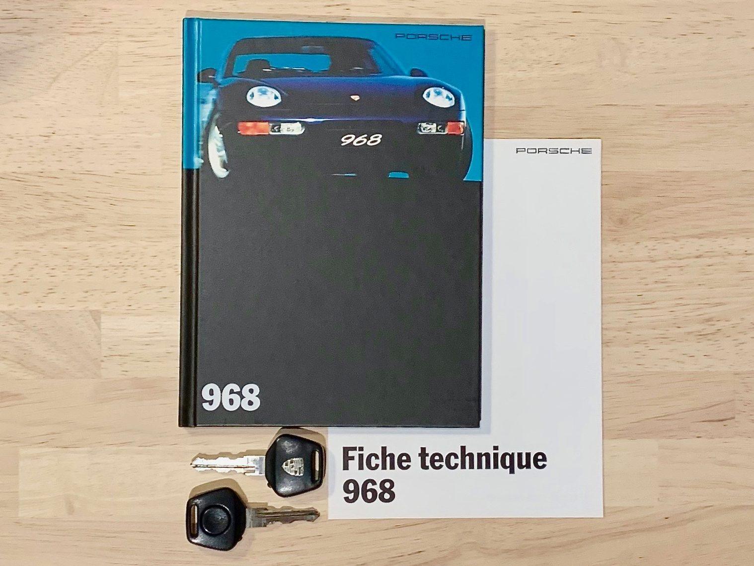 photo des papiers d'une Porsche 968 Coupé de 1994 occasion en vente chez Classic 42 - Le spécialiste des Voitures Classiques Belgique
