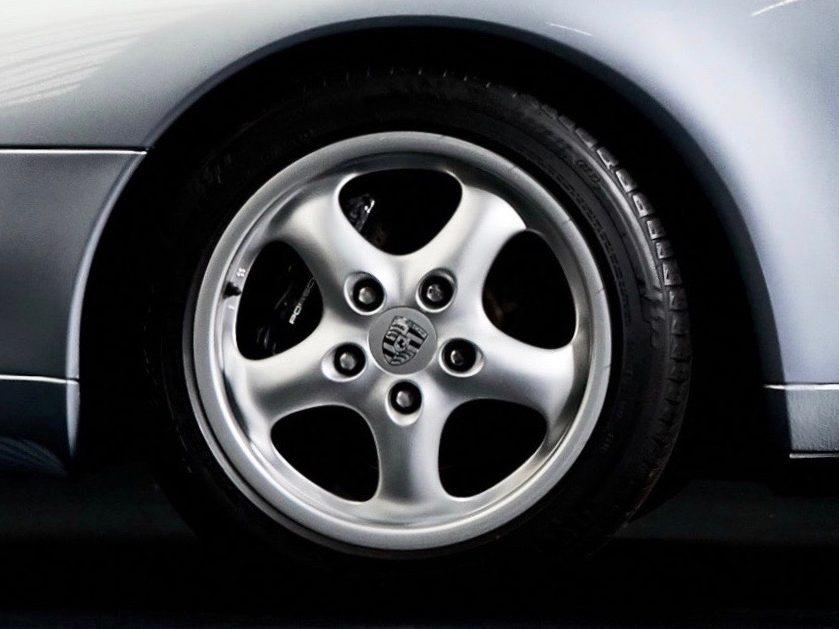 Photo d'une Porsche 993 grise de 1994 à vendre chez Classic 42 Porsche et Voitures Classiques Belgique