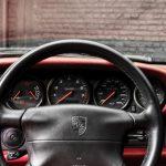 Photo de l'intérieur d'une Porsche 993 4S noire de 1996 en vente chez CLASSIC 42 - Achat/Vente de voitures classiques allemandes www.classic42.be