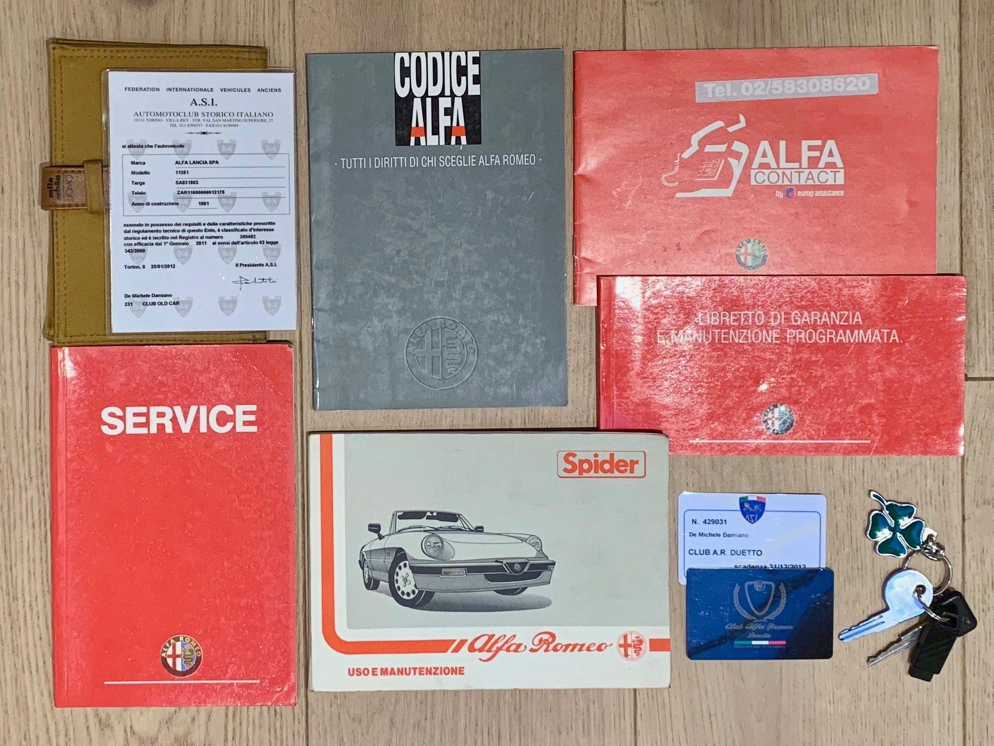 photo des papiers d'authenticité d'une Alfa Romeo Spider 2.0 noire décapotable de 1991 en vente chez Classic 42 - Revendeur de voitures classiques Allemandes