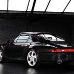 Photo d'une Porsche 993 4S noire de 1996 en vente chez CLASSIC 42 - Achat/Vente de voitures classiques allemandes www.classic42.be
