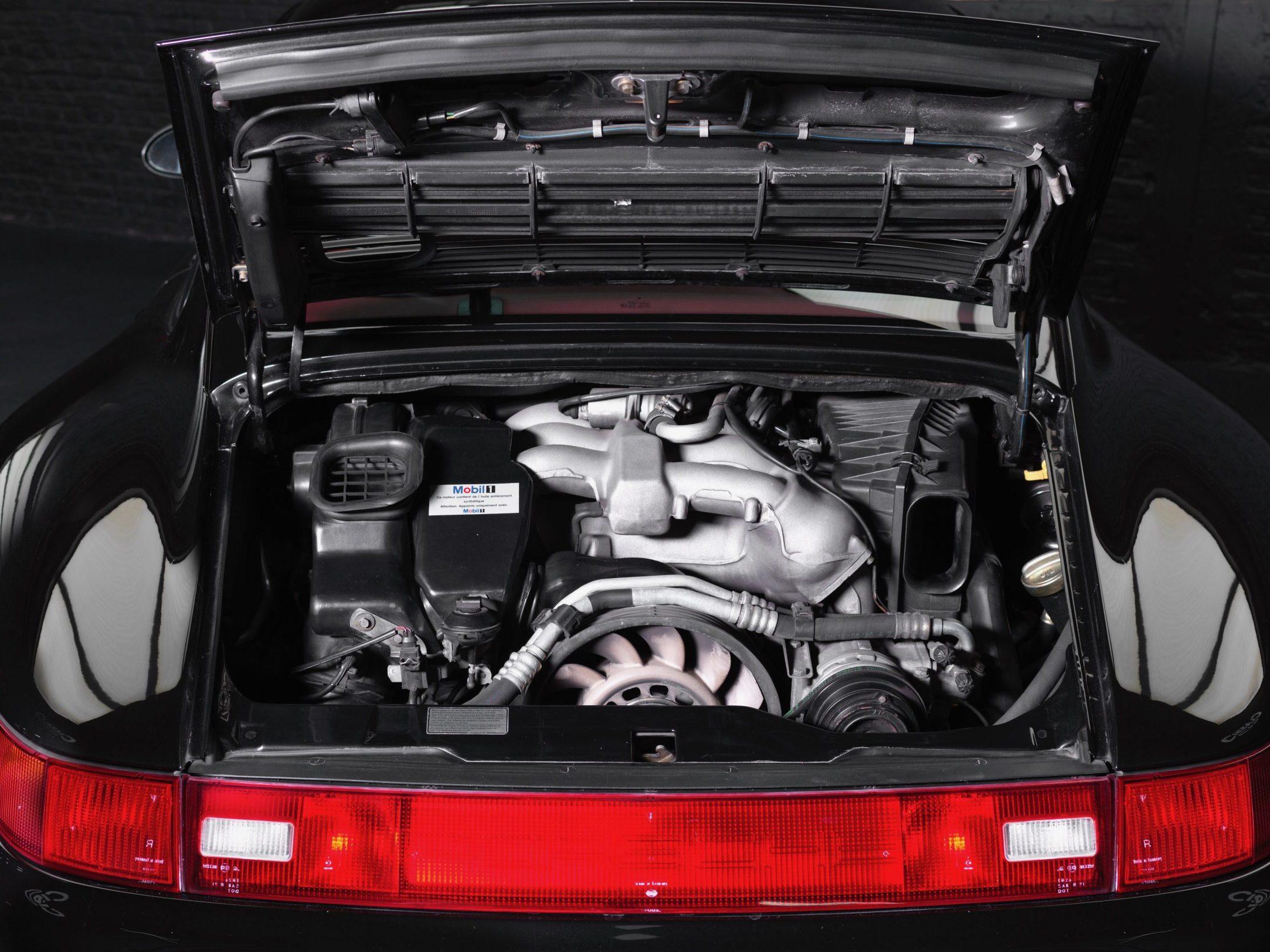Photo du moteur d'une Porsche 993 4S noire de 1996 en vente chez CLASSIC 42 - Achat/Vente de voitures classiques allemandes www.classic42.be