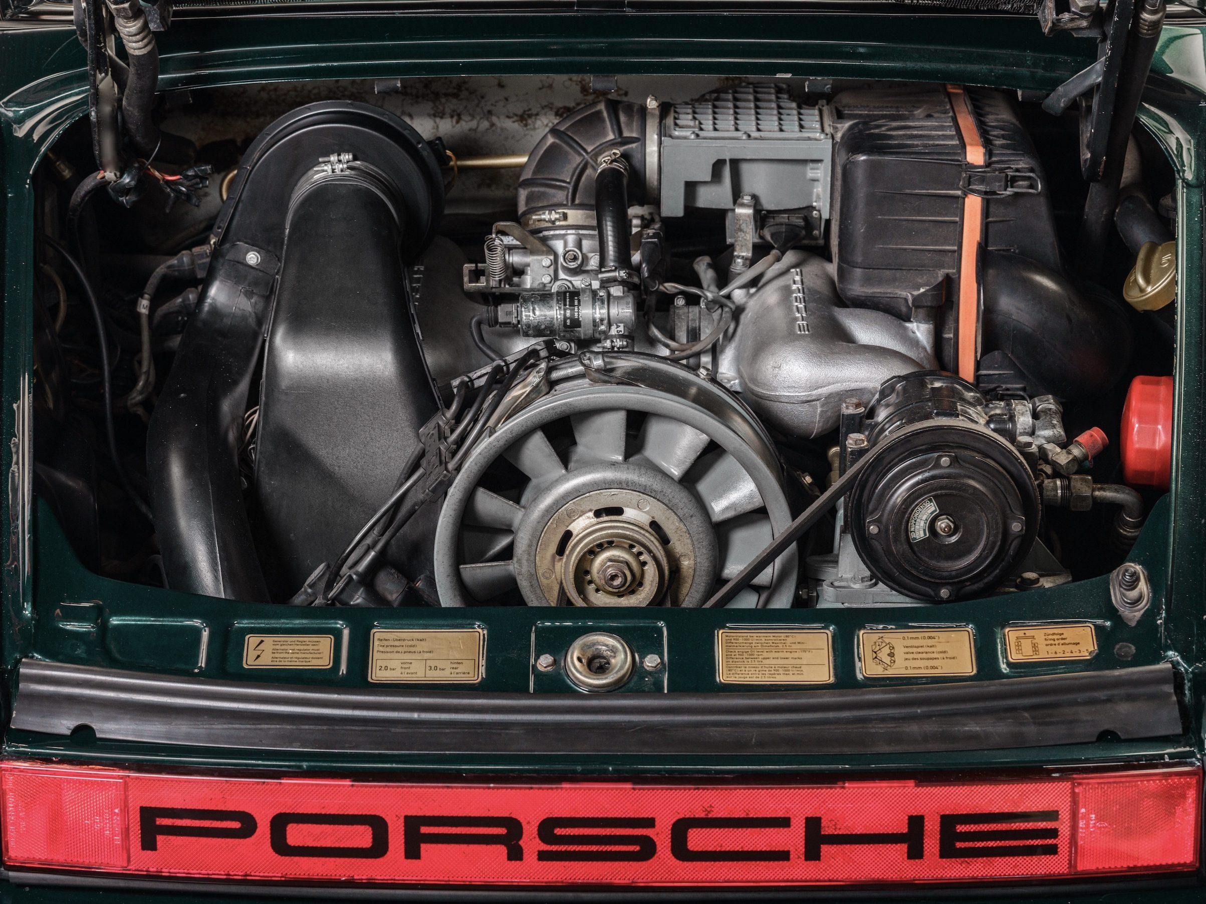 Photo du moteur d'une Porsche 911 Carrera Targa de 1983 Vert Forêt Metallic chez Classic 42 | Le Spécialiste Voitures Classiques Belgique
