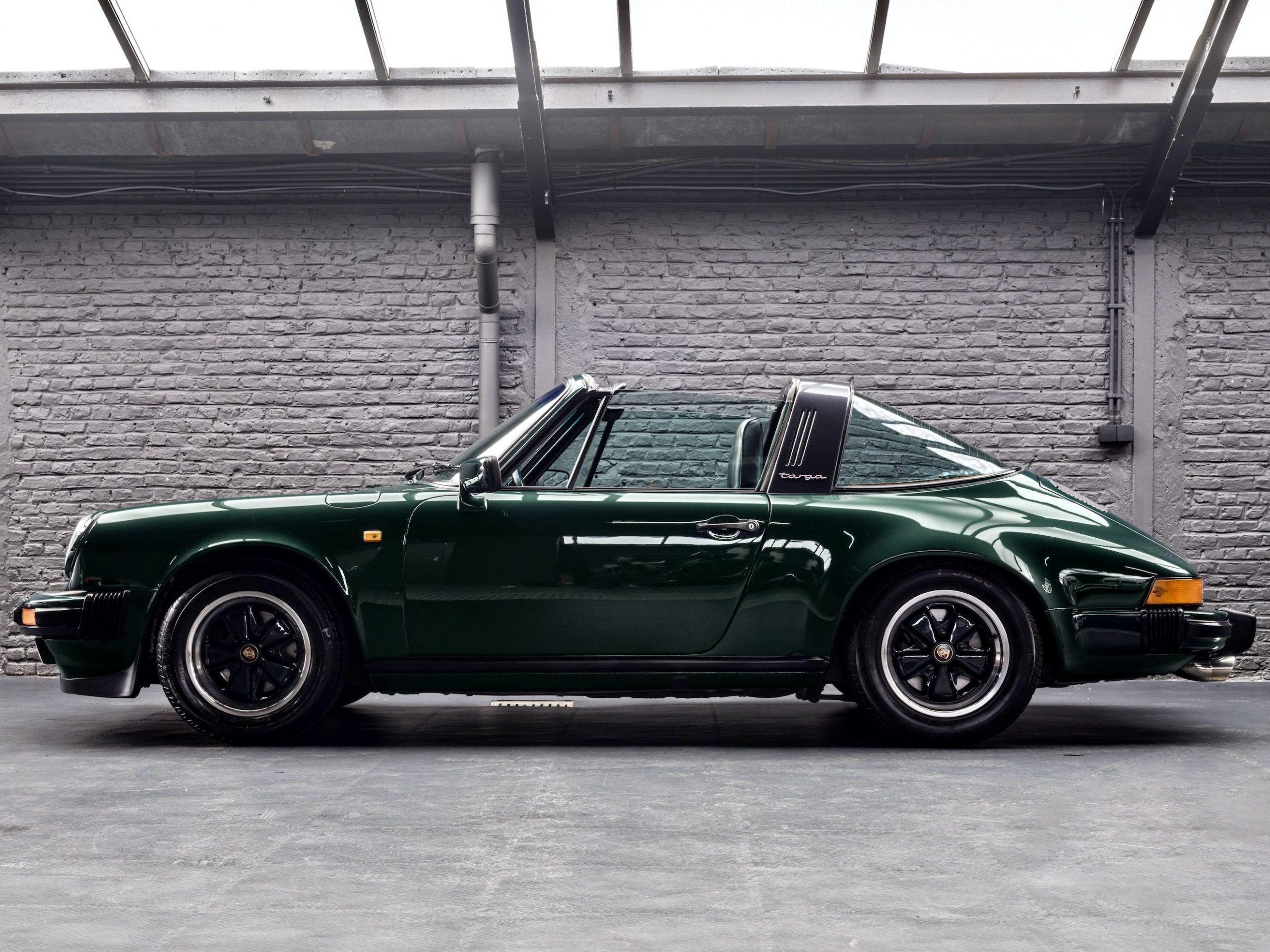 Photo d'une Porsche 911 Carrera Targa de 1983 Vert Forêt Metallic chez Classic 42 | Le Spécialiste Voitures Classiques Belgique