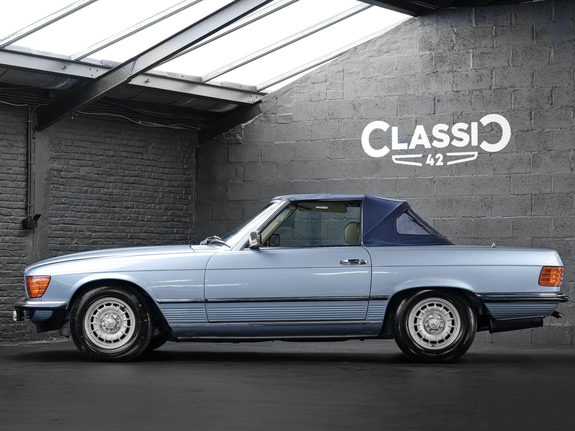 photo d'une Mercedes 500 SL décapotable de 1982 en vente chez Classic 42 Vente de Voitures Classiques www.classic42.be