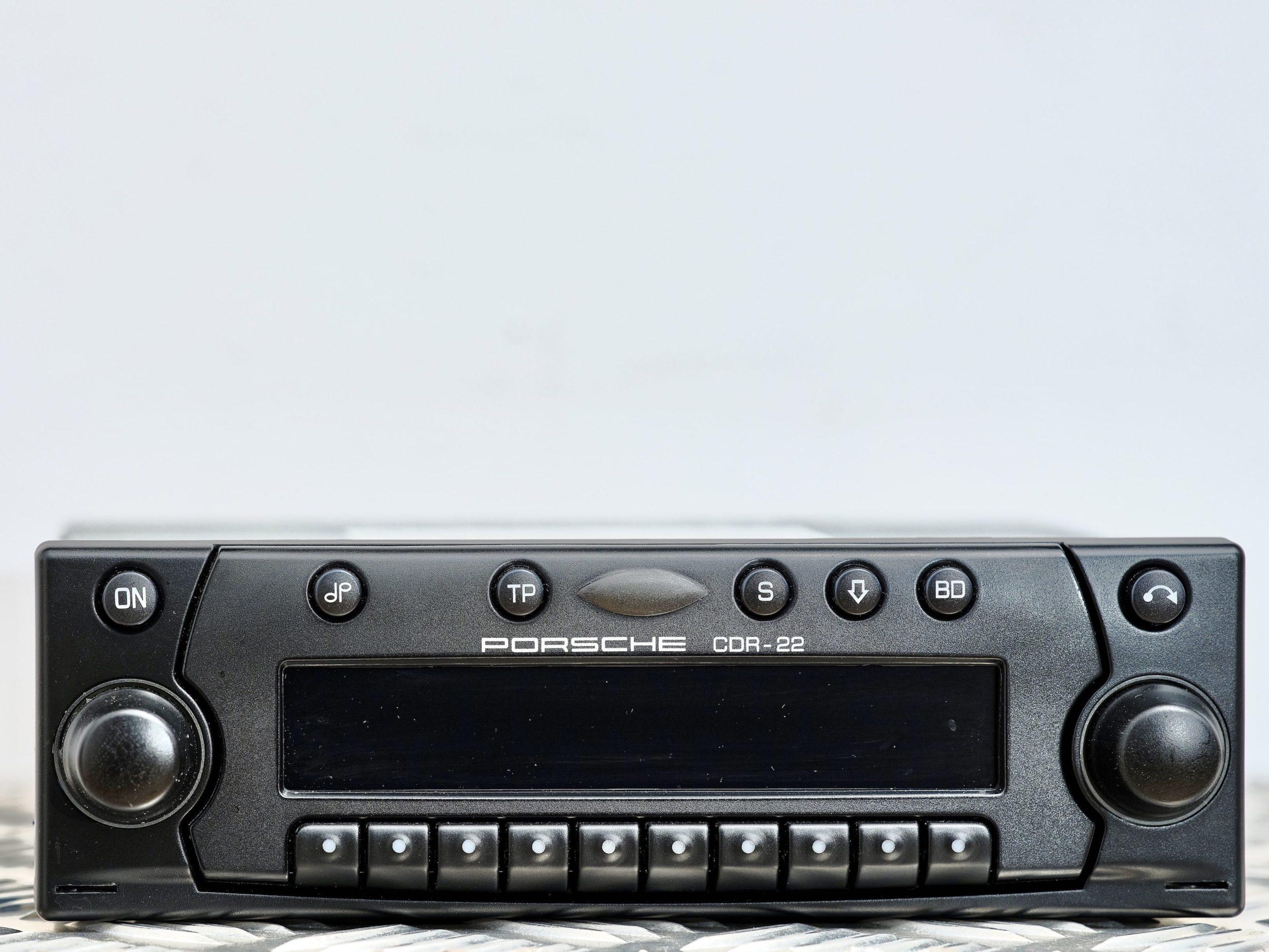 photo de la radio d'une Porsche 996 Turbo de 2002 en Gris Kerguelen - Intérieur Cuir noir en vente chez Classic 42 Spécialiste Vente Porsche Classique Bruxelles