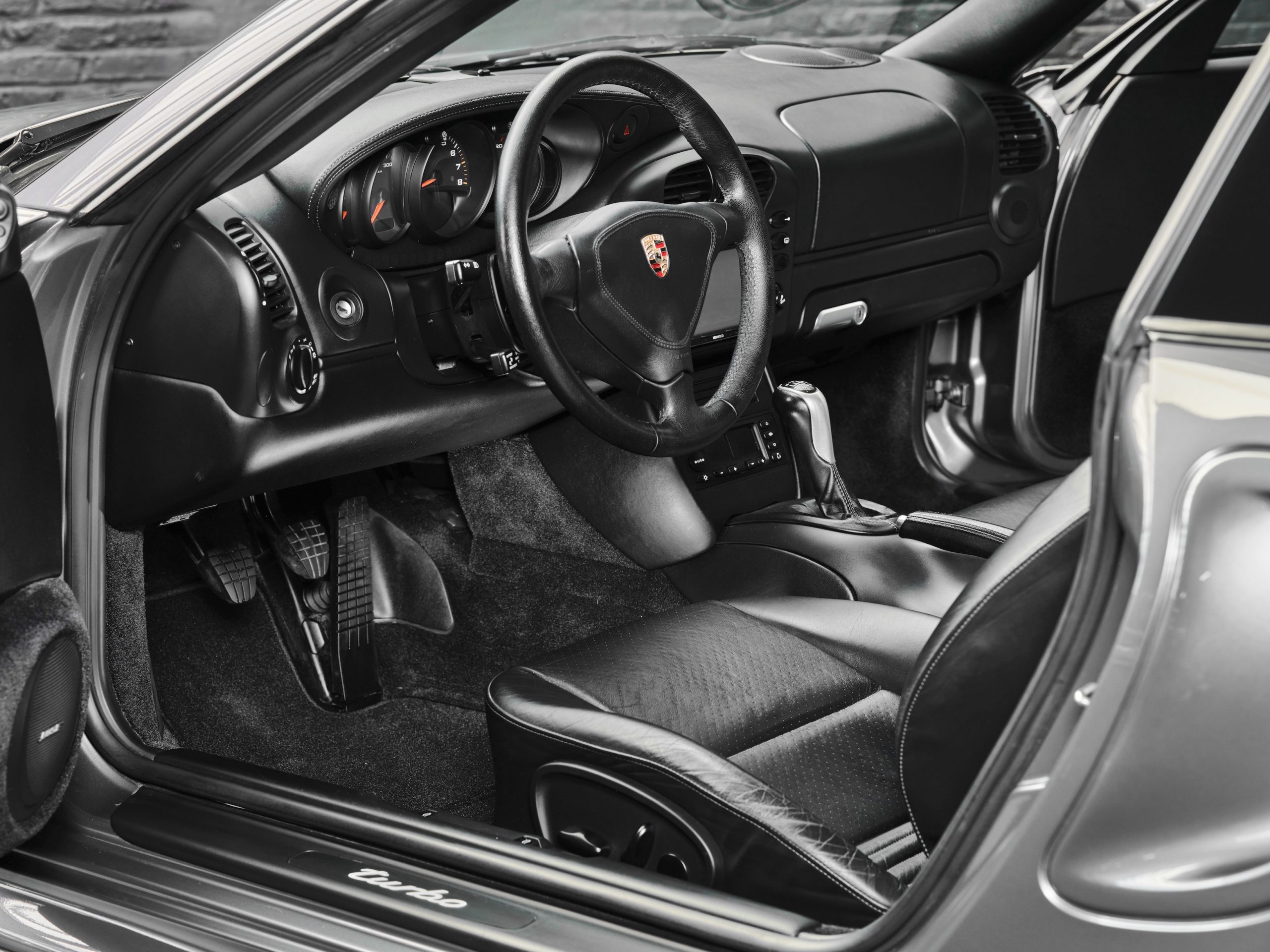 photo d'une Porsche 996 Turbo de 2002 en Gris Kerguelen - Intérieur Cuir noir en vente chez Classic 42 Spécialiste Vente Porsche Classique Bruxelles