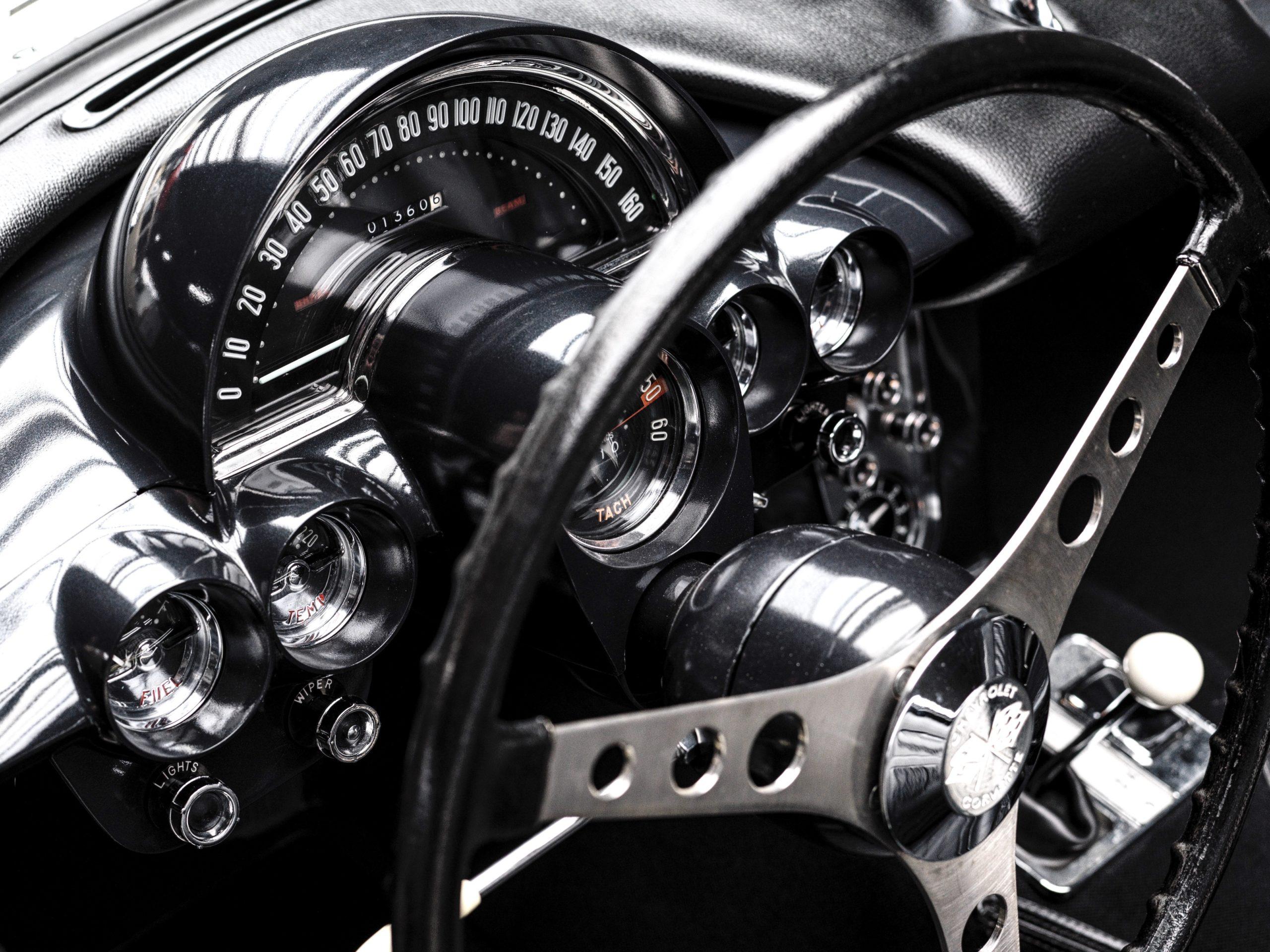 1958 Corvette C1 blanche restauration à l'état neuf en vente chez Classic 42, spécialiste des voitures anciennes Belgique